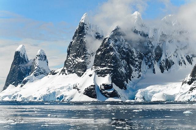 mountains-ice-bergs-antarctica-berg