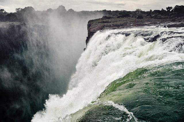 waterfall-victoria-falls-spray